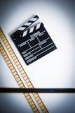 35mm与拍板,葡萄酒颜色的电影filmstrip,垂直 库存照片
