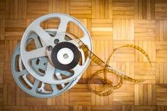 35 mm在木地板上的影片卷轴 库存图片