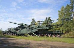 305 mm在运输者TM-3-12的枪登上 堡垒Krasnaya戈尔卡(Krasnoflotsk) 图库摄影