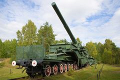 305 mm在TM-3-12铁路传动机的火炮大炮 堡垒` Krasnaya戈尔卡` Alekseevsky,列宁格勒地区, Krasnoflotsk 免版税库存照片