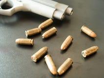 11mm子弹和短的枪在黑背景 (选择聚焦) 免版税图库摄影