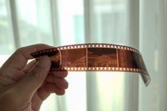 35mm影片小条在手边 库存图片