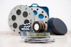 35 mm电影卷与拍板和箱子在背景中 库存照片