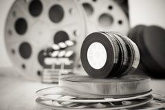 35 mm电影卷与拍板和箱子在背景中 免版税库存图片