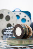 35 mm电影卷与拍板和箱子在背景中 图库摄影