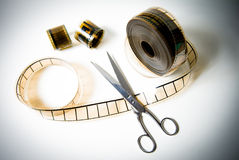 35mm电影卷轴和剪刀最后的裁减的 库存图片