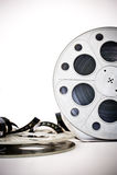 35 mm电影戏院卷与在白色展开的影片 库存照片