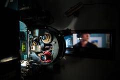 35 mm电影戏院有在焦点戏院sc外面的放映机机器 免版税图库摄影