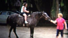 (8mm葡萄酒) 1954个女孩第1次的骑乘马 衣阿华,美国 股票录像