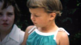 (8mm葡萄酒)吃烤玉米棒子的1954个孩子 衣阿华,美国 股票录像