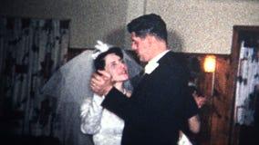(8mm葡萄酒) 1966年在婚礼的新娘新郎第一个舞蹈 股票视频