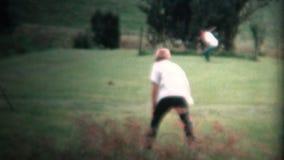 (8mm葡萄酒) 1954年打棒球的农夫男孩在围场 衣阿华, 1954年 股票视频