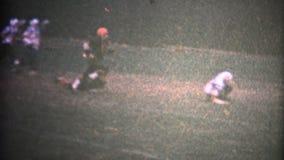 (8mm葡萄酒)青年橄榄球落的树叶子 股票录像