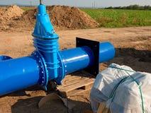 500mm饮料水闸与被拧紧的管子配件的阀门联接 免版税图库摄影