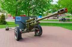 76 mm 1942个式样ZIS-3划分枪在军事荣耀胡同的在优胜者公园,维帖布斯克,白俄罗斯 图库摄影