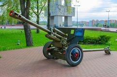 76 mm 1942个式样ZIS-3划分枪在军事荣耀胡同的在优胜者公园,维帖布斯克,白俄罗斯 免版税库存照片