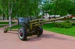 76 mm 1942个式样ZIS-3划分枪在军事荣耀胡同的在优胜者公园,维帖布斯克,白俄罗斯 库存图片