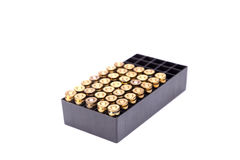 9mm 子弹在白色背景的箱子孤立 免版税库存图片