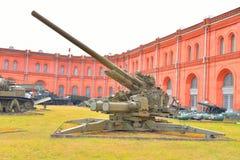 130mm anti--flygplan vapen KS-30 i militärt artillerimuseum Arkivbilder