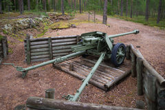 75mm antitank kanon tijdens de Tweede wereldoorlog op de positie van de verdedigingslijn Suomen Salpa Stock Afbeeldingen