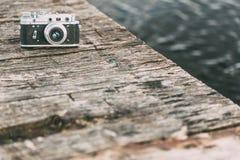 35mm de Uitstekende Oude Retro Camera van de klein-Formaatafstandsmeter op Oude Houten Stock Fotografie