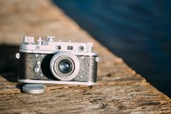 35mm de Uitstekende Oude Retro Camera van de klein-Formaatafstandsmeter op Oude Houten Stock Foto