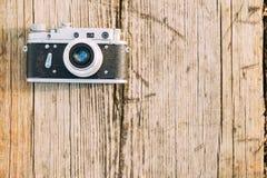35mm de Uitstekende Oude Retro Camera van de klein-Formaatafstandsmeter op Oude Houten Stock Afbeeldingen