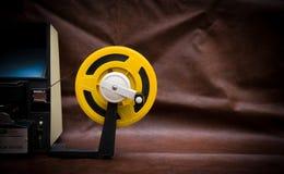 8mm film som redigerar skrivbordet med att redigera maskindel och guling r Arkivfoton