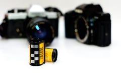 35mm Filmbroodjes en filmcamera Stock Foto's