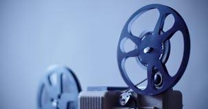 8 mm filmprojector het retro spelen stock footage