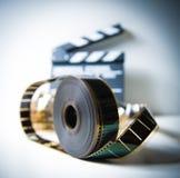 35mm filmrulle med ut ur fokusclapperen i bakgrund Arkivbilder