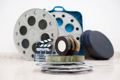 35 mm-filmspoelen met klep en dozen op achtergrond Stock Foto's