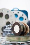 35 mm-filmspoelen met klep en dozen op achtergrond Stock Fotografie