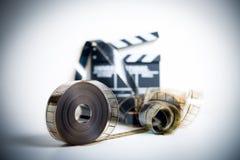 35mm filmu rolka z z ostrości clapper w tle Zdjęcie Royalty Free