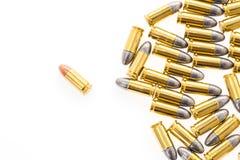 9mm Kugel für Gewehr auf weißem Hintergrund Stockfoto