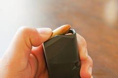9mm Kugeln an Hand Lizenzfreies Stockbild