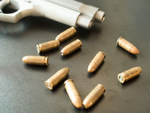 11mm Kugeln und kurzes Gewehr auf schwarzem Hintergrund (selektiver Fokus) Lizenzfreie Stockfotografie