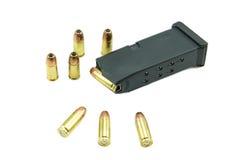 9mm Kugeln und Zeitschrift lokalisiert auf weißem Hintergrund Stockbild