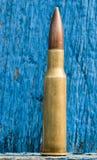 7 62mm kula och träbakgrund Royaltyfri Bild
