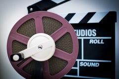 8mm lilor reel med ut ur fokusclapperen i bakgrund Fotografering för Bildbyråer