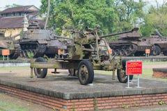 37mm luchtafweerkanon op de achtergrond van Amerikaanse pantserwagens van de periode van de oorlog van Vietnam in Tint, Vietnam Royalty-vrije Stock Fotografie
