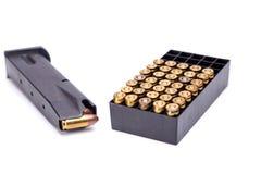 9mm magazine avec l'isolat de boîte de balle sur le fond blanc Photo stock