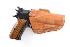 9mm Parabellum pistol i brun läderpistolhölster Arkivbild