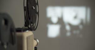 8 mm-retro de filmprojector speelt stock video