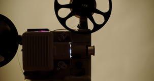 8 mm-Retro de filmprojector speelt Uitstekende projector stock video