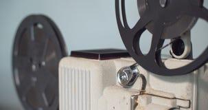 8 mm-Retro de filmprojector speelt Uitstekende projector stock videobeelden
