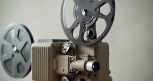8 mm-retro de filmprojector speelt stock videobeelden