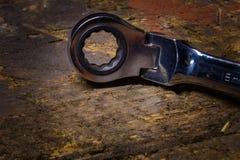 15mm spärrhjulskruvnyckel/skiftnyckel på en gammal träarbetsbänk Arkivfoton