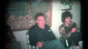 (8mm Uitstekende jaren '70) Oude Kerelstoejuichingen bij Familiegebeurtenis stock footage