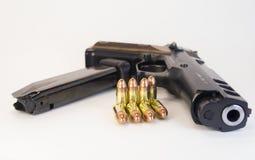 9mm vapen med kulor och en tidskrift Royaltyfri Fotografi